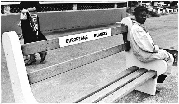 """Andrés Felices y Enrique Abietar serían testigos del nefando """"apartheid"""" sudafricano. La población negra no podía sentarse en un banco público, siquiera, junto a los blancos."""