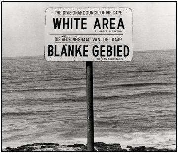 Área exclusiva para blancos en una playa sudafricana, durante los años 60 del pasado siglo. Aborígenes, indios, paquistaníes, y blancos, tampoco podían bañarse en el mismo sector, según la legislación impuesta por descendientes de antiguos colonos europeos.