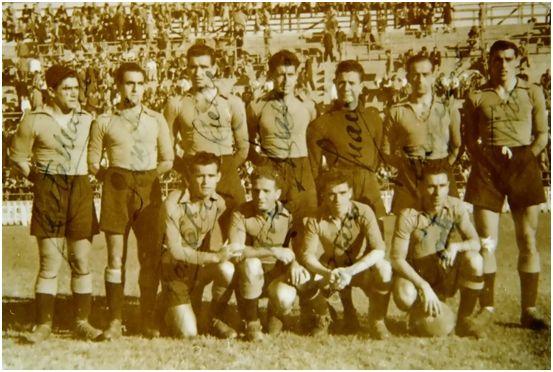 Formación 1947-48: Arriba: Santamaría, Sánchez J., Caeiro, Maza, Juanito González, Eizaguirre, Tino. Agachados: Fontela, Portugués, Fabeiro, Porta.