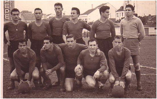 Formación 1956-57: De pie: José Carlos, José Anca, Sánchez, Antelo, Carlos Lorenzo, Zamorita. Agachados: Somoza, Padrón, Tucho Sampedro, Franco, Alcalde.