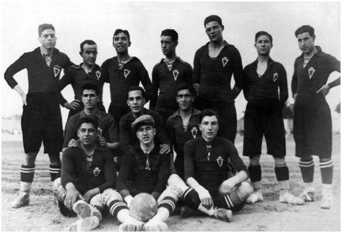 Los jugadores del Real Murcia posan antes de un partido de la temporada 1925-26. Pagán aparece sentado a la derecha de la imagen (FOTO ARCHIVO PEDRO GARCÍA)