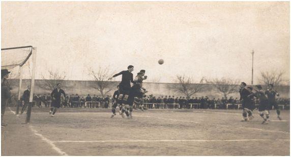 Pagán, durante un partido en el campo de La Torre de la Marquesa, intenta despejar un balón de cabeza (FOTO ARCHIVO PEDRO GARCÍA)