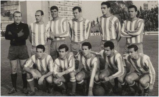 Formación 1963-64. Arriba: Benegas, Simonet, Mingorance, Navarro, Tejada,  Ricardo Costa. Agachados: Cabrera, Lapetra, Fede, Juanito Vázquez, Conesa.