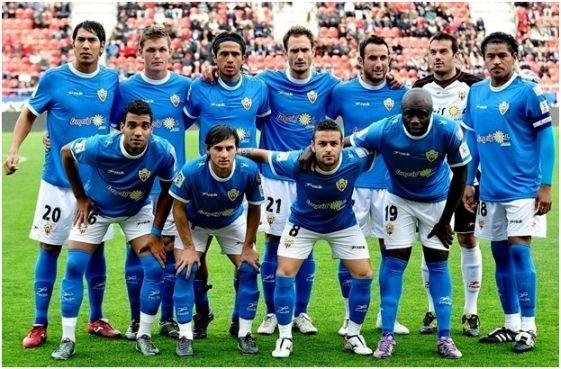 Formación 2010-11. Arriba: Ulloa, Jakobsen, Fabián Vargas, Carlos García, Juanma Ortiz, Esteban, Acasiete. Agachados: Michel Macedo, Piatti, Crusat, M'Bami.