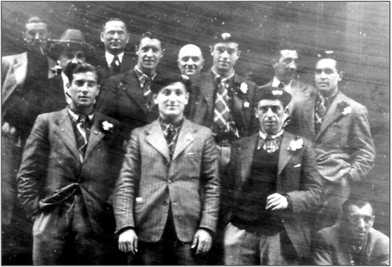 Algunos componentes del Euskadi durante su visita a la fábrica Trigorka, en Moscú. Poco después, un torpe exceso expresivo del Sr. de la Sota sentenciaría el futuro de casi todos los expedicionarios.