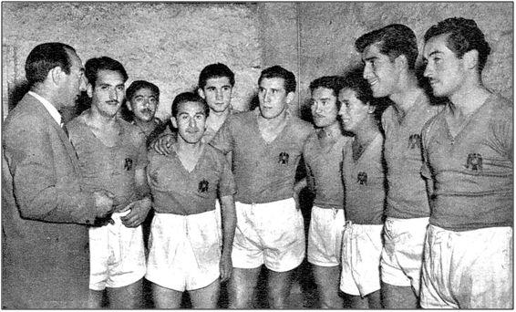 Isidro Lángara, ya entrenador, imparte las últimas instrucciones a sus huestes de la Unión Española, antes de saltar al césped. Aunque como técnico triunfase en Chile y México, ningún club español pensó en él para el inquilinato de su banquillo.